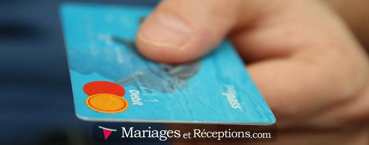 Magicien de mariage : certains aiment faire des tours de close up avec les objets personnels des invités
