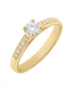 Choisir sa bague de fiançailles : or et diamant font partie des matières les plus recherchées...