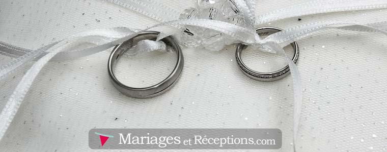 Modèle de faire-part de mariage : un grand nombre de modèles sont illustrés à l'aide d'une photo d'alliances...